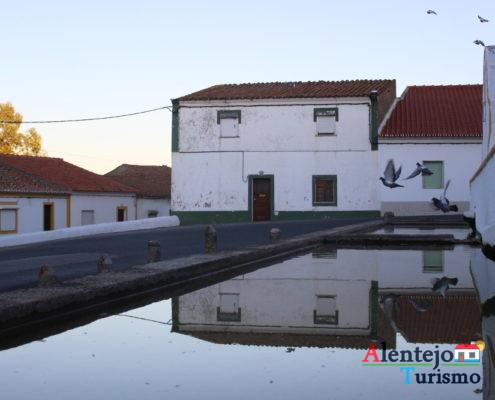 Reflexos de casas na fonte