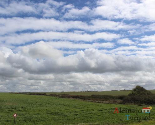 Planície e nuvens