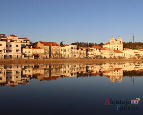 Reflexo de cidade e igreja na água