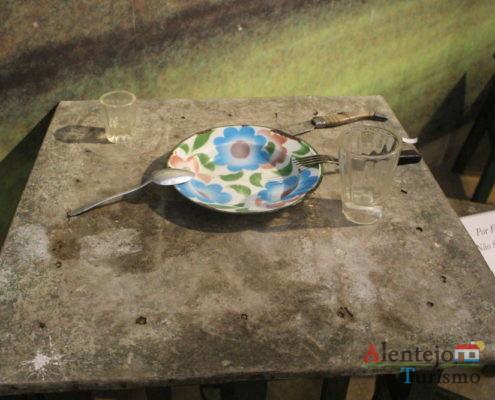 Prato com flores sobre a mesa