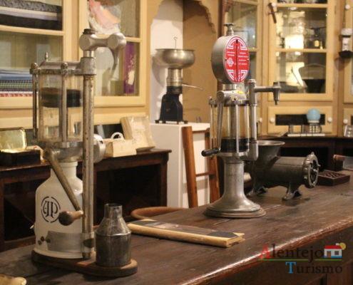Máquinas antigas em mercearia