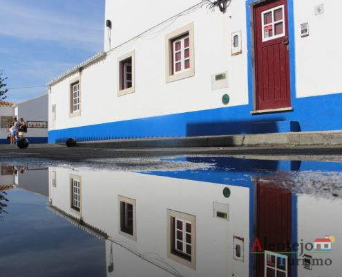 Casa alentejana refletida na água