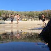 Reflexo de pessoas no mar