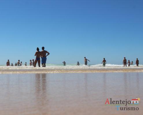 Pessoas na praia - Praia do Malhão