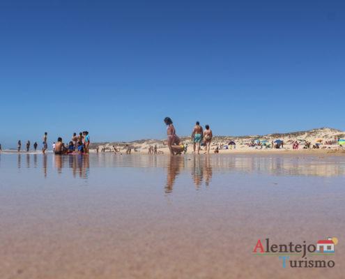 Pessoas em praia de areia - Praia do Malhão