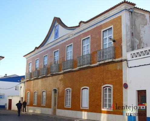 Casa com azulejos na fachada