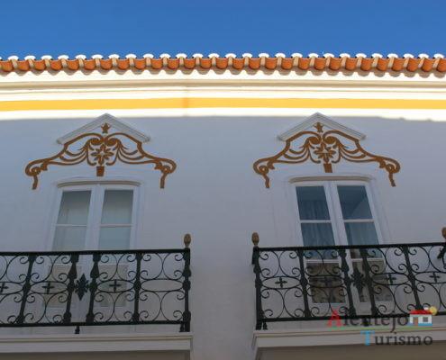 Casa com pinturas amarelas