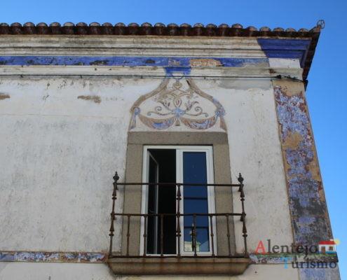 Casa com pinturas azuis e janela