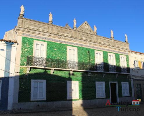Casa com azulejos verdes