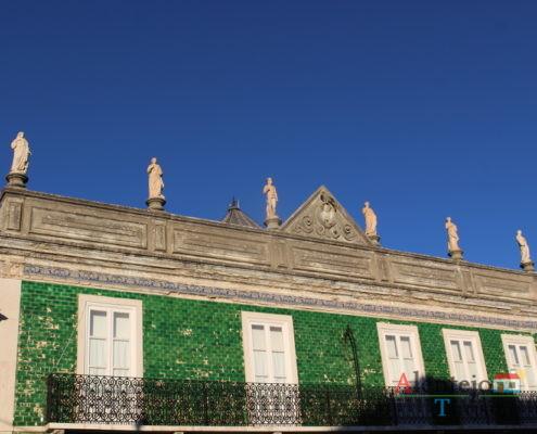 Casa de azulejos verdes