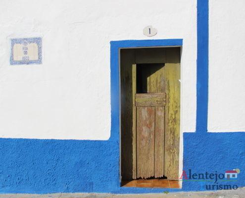 Porta tradicional em casa de barra azul