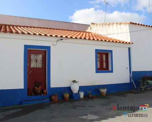 Casa tradicional de porta vermelha e barra azul