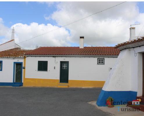 Rua de casas com barras coloridas