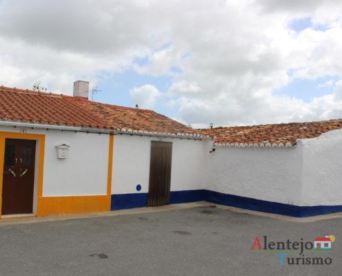 Casas de barra laranja e azul
