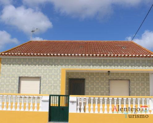 Aivados - Aldeia Comunitária - casa de azulejos verdes com barra amarela