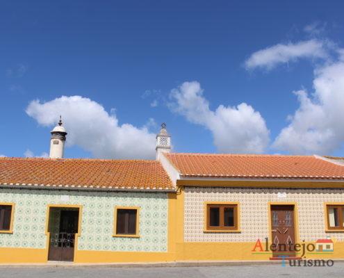 Casas típicas com azulejos e barra amarela