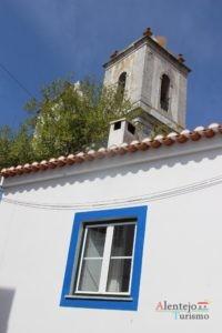 Janela e torre de igreja