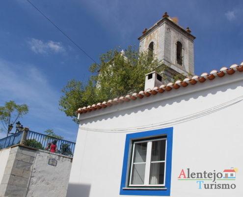 Torres sineiras e janela de uma casa alentejana