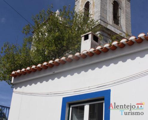 Torres sineiras e janela alentejana