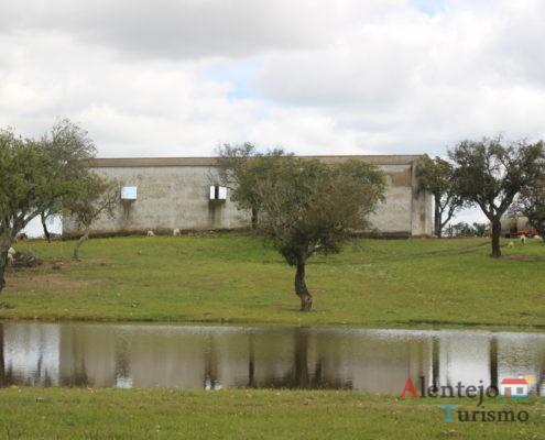 Casa abandonada e lago