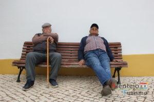 Idosos sentados num banco