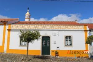 Casa tradicional com barra amarela.