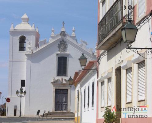 Casa cor de rosa e igreja branca