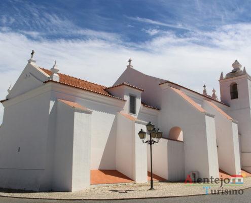 Igreja branca e céu azul