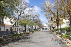 Rua com árvores e casas