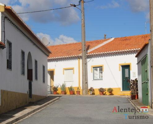 Rua com casas de barra amarela
