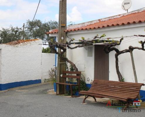Casa típica do Alentejo com videira na entrada