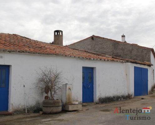 Casa alentejana com porta azul