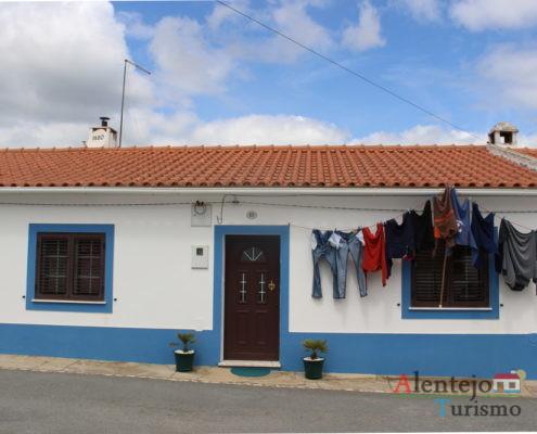 Casa típica com roupa estendida no varal