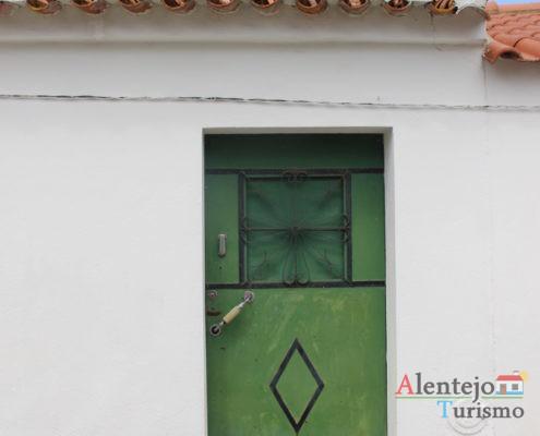 Porta verde em casa de barra azul