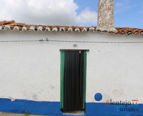 Casa alentejana e porta com fitas mosquiteiras