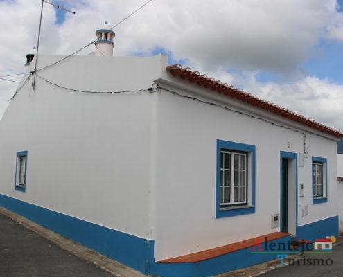 Casa alentejana com varal de roupa na parede