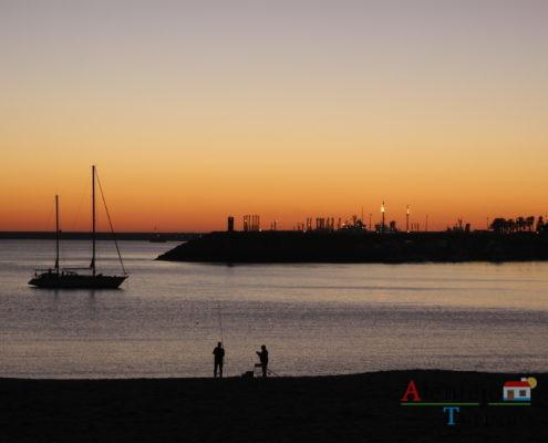 Pescadores ao pôr-do-sol