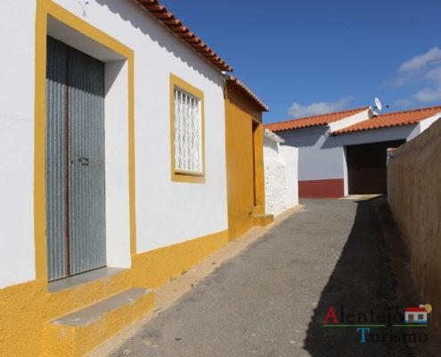 Casa de barra amarela com portão