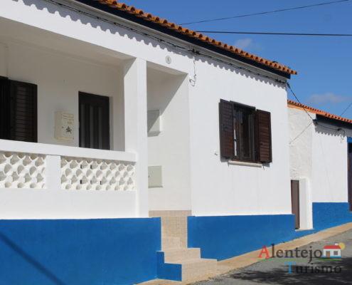 Casa com varanda e barra azul