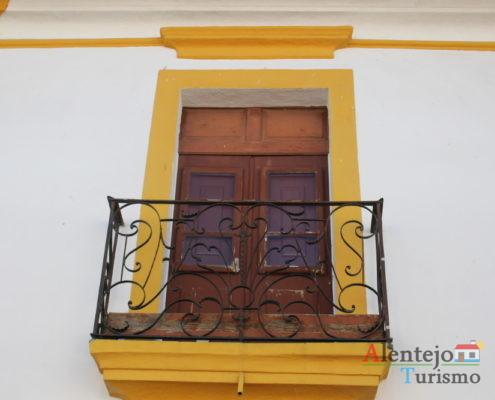 Ferragens em janela com barra amarela