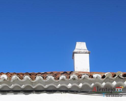 Chaminé e beiral do telhado