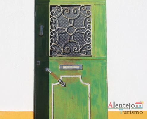 Porta verde com postigo