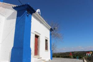 Ermida de barra azul e porta vermelha