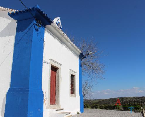 Igreja de Nossa Senhora dos Remédios: ermida de barra azul e porta vermelha