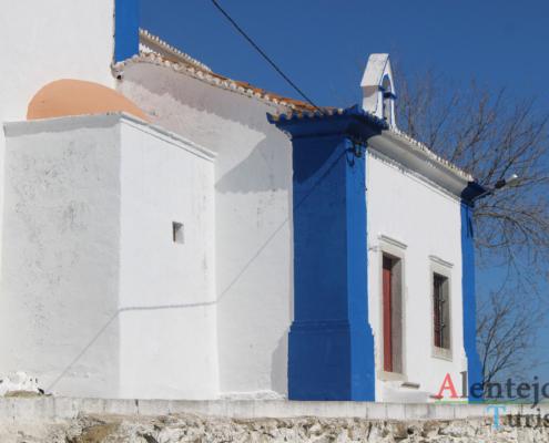 ermida azul e branca com porta vermelha