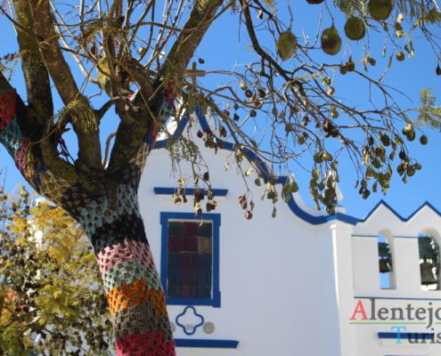 Igreja da Misericórdia - Messejana: renda nos troncos das árvores e igreja