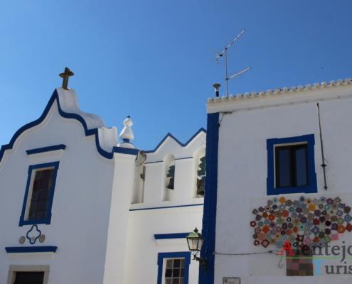 Igreja branca com barras azuis