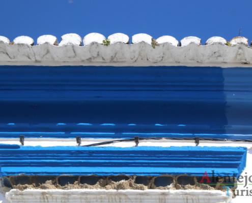 Beiral do telhado e ninhos de andorinhas