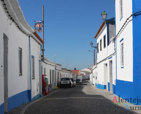 Chafariz construido a 15 de Julho de 1880 por Alonso Gomes, de arquitetura neoclássica, é pintado em tons de branco e azu