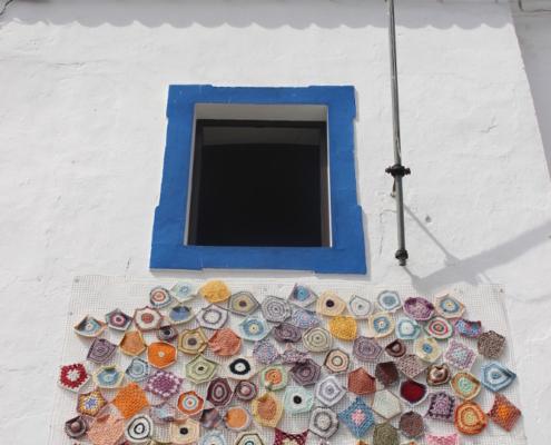 Janela tradicional do Alentejo e mural de rendas
